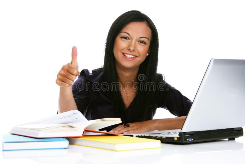 Erfolgreiche junge Frau mit Laptop stockbild