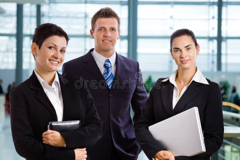 Erfolgreiche junge Geschäftsleute stockfoto