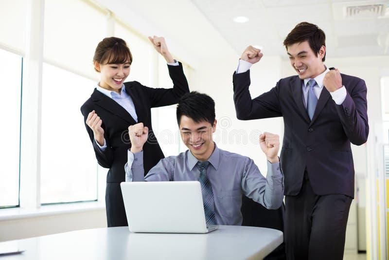 Erfolgreiche junge Geschäftsleute lizenzfreies stockfoto