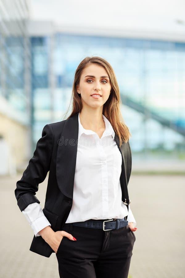 Erfolgreiche lächelnde Frau in einem Anzug Konzept für Unternehmen, Arbeitnehmer, Partner und Unternehmer stockbilder