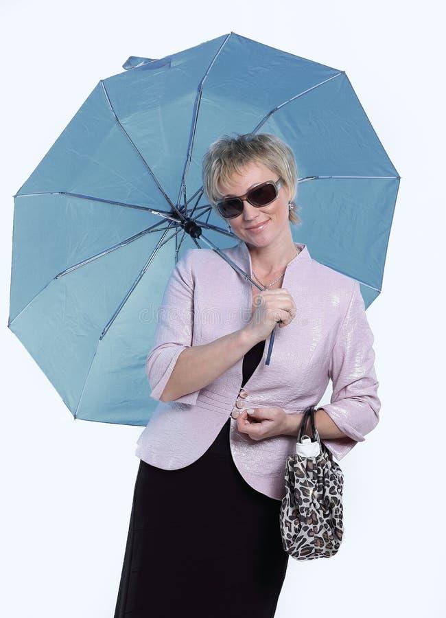 Erfolgreiche moderne Frau mit einem Sonnenschirm Lokalisiert auf Weiß lizenzfreies stockbild
