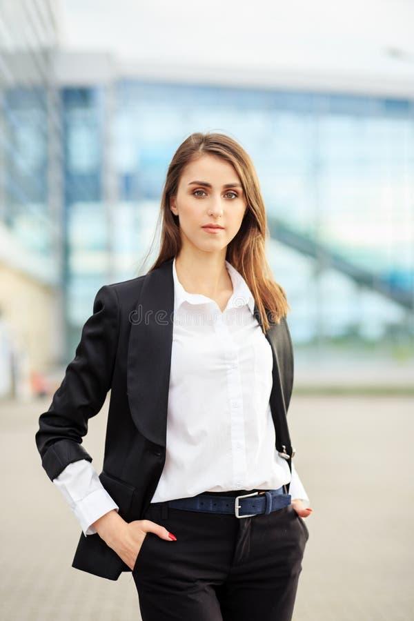 Erfolgreiche selbstbewusste Frau in einem Anzug Konzept für Unternehmen, Arbeitnehmer, Partner und Unternehmer lizenzfreies stockfoto