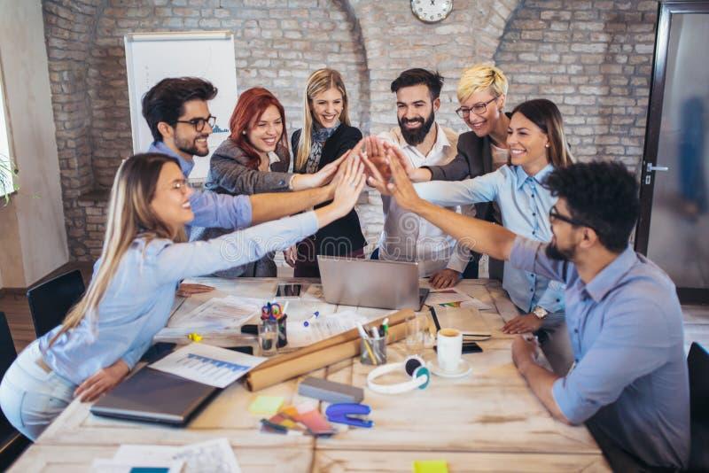 Erfolgreiche Unternehmer und Geschäftsleute, die Ziele erzielen lizenzfreie stockbilder