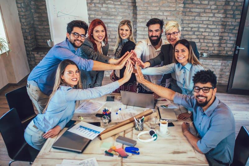 Erfolgreiche Unternehmer und Geschäftsleute, die Ziele erzielen lizenzfreies stockfoto