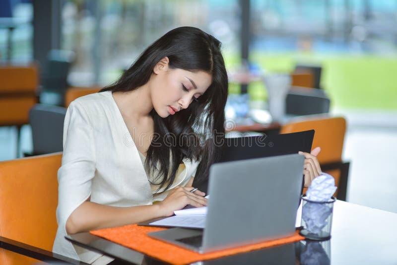 Erfolgreiche Unternehmer und Geschäftsleute, die Ziele, glückliche Geschäftsleute feiern Erfolg bei Firma, Geschäftsfrau erzielen stockbilder