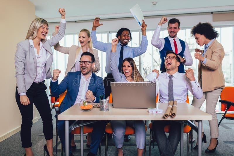 Erfolgreiche Unternehmer und Gesch?ftsleute, die Ziele erzielen lizenzfreie stockfotografie