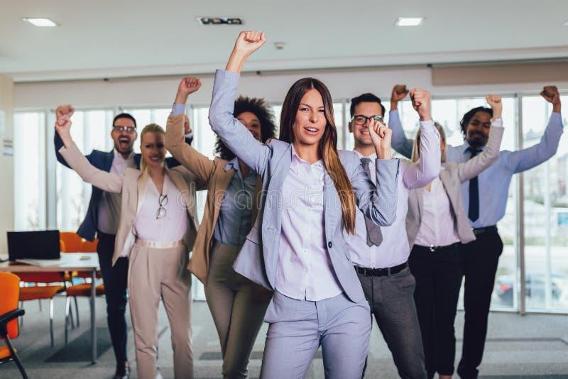 Erfolgreiche Unternehmer und Gesch?ftsleute, die Ziele erzielen stockbilder
