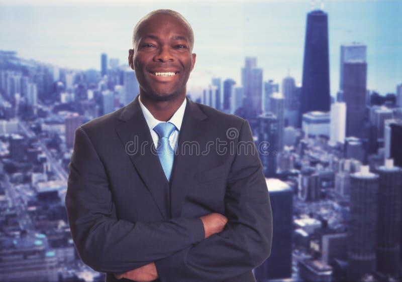 Erfolgreicher Afroamerikanergeschäftsmann mit Skylinen lizenzfreie stockfotografie