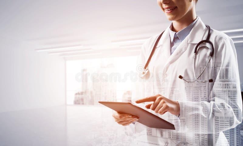 Erfolgreicher Doktor und moderne Technologien stockbild