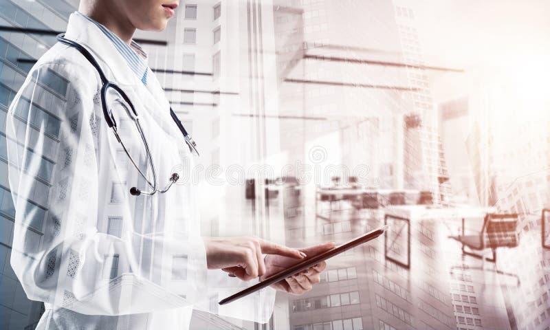 Erfolgreicher Doktor und moderne Technologien lizenzfreies stockbild