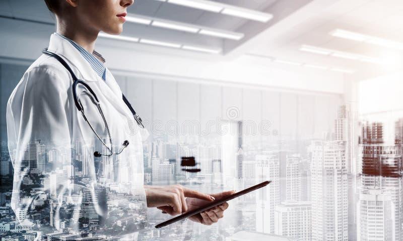 Erfolgreicher Doktor und moderne Technologien stockfotografie