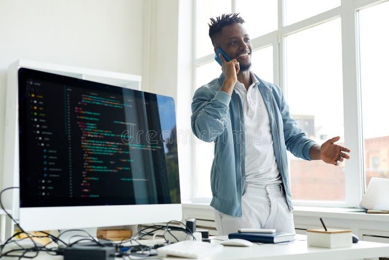 Erfolgreicher freiberuflich tätiger Kodierer am Telefon stockfoto