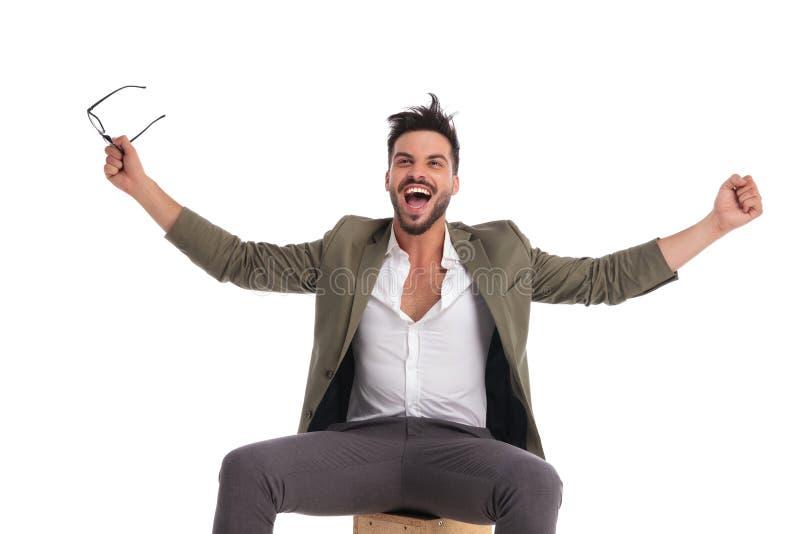 Erfolgreicher Geschäftsmann, der mit den Händen in t schreit und feiert lizenzfreie stockbilder