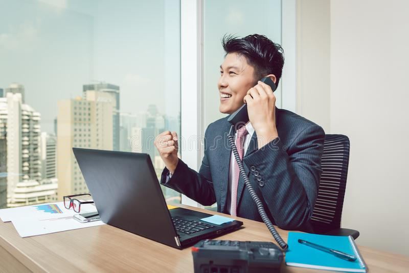 Erfolgreicher Geschäftsmann, der am Telefon spricht lizenzfreie stockfotografie