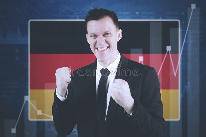 Erfolgreicher Geschäftsmann mit deutscher Flagge lizenzfreie stockfotos