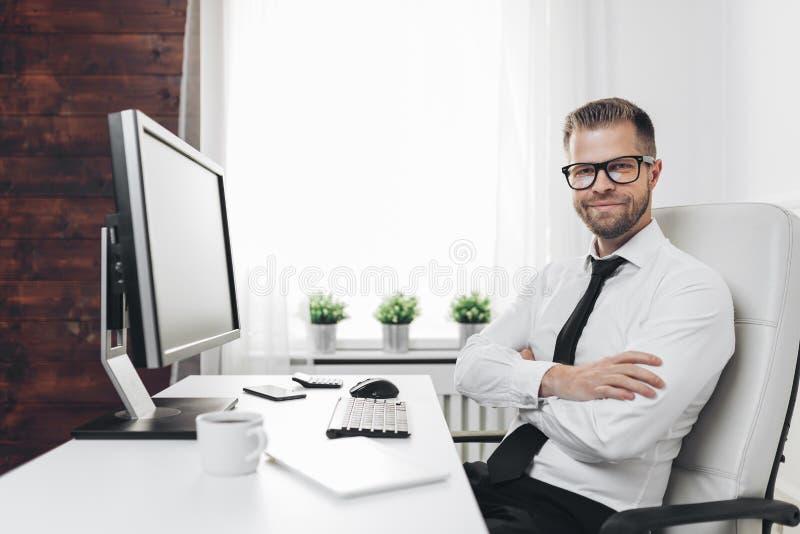 Erfolgreicher Gesch?ftsmann, der in seinem B?ro arbeitet stockfoto