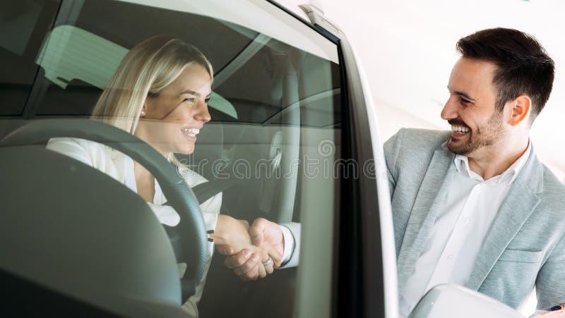 Erfolgreicher Gesch?ftsmann in einem Auto-Vertragsh?ndler - Verkauf von Fahrzeugen zu den Kunden stockbilder