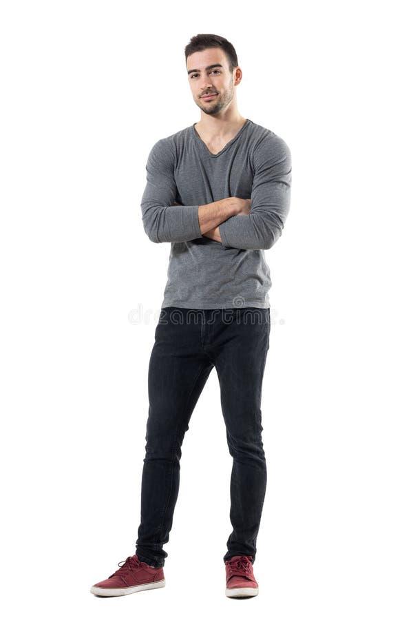 Erfolgreicher junger hübscher zufälliger Mann mit dem gekreuzten Armlächeln stockbild