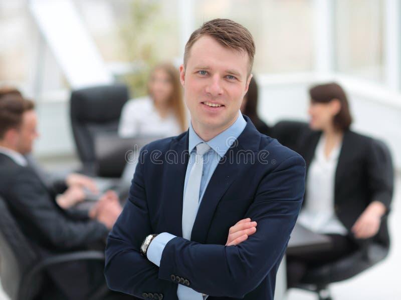Erfolgreicher Manager auf dem Hintergrund des Geschäftsteams lizenzfreie stockfotos