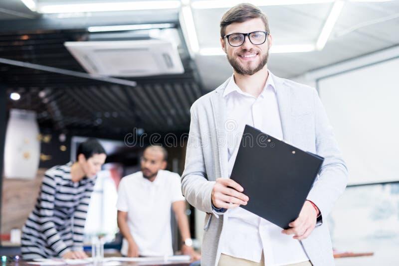 Erfolgreicher Manager im Büro stockfotos