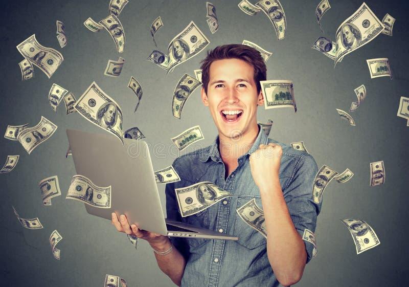 Erfolgreicher Mann, der den Laptop aufbaut das on-line-Geschäft verdient Geld verwendet stockfoto