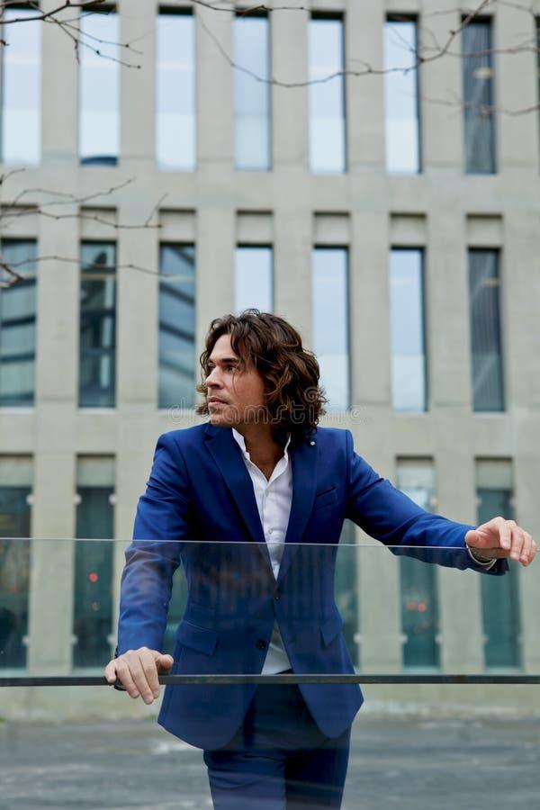 Erfolgreicher Mann, der draußen weg schauend steht stockbilder
