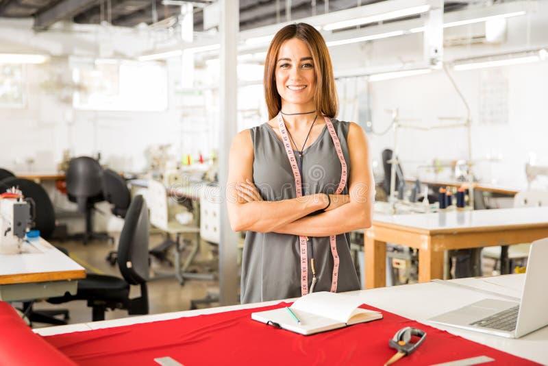 Erfolgreicher Modedesigner bei der Arbeit lizenzfreie stockbilder