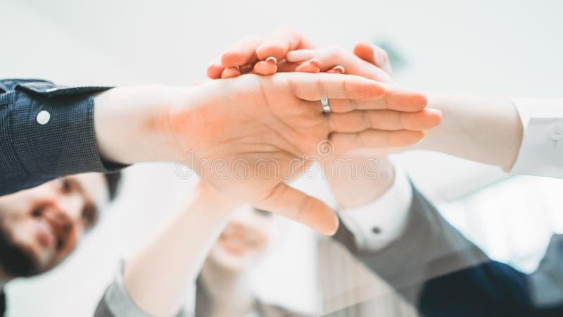 Erfolgreicher Partnerschaftszusammenarbeitsteam-Handstapel stockbilder