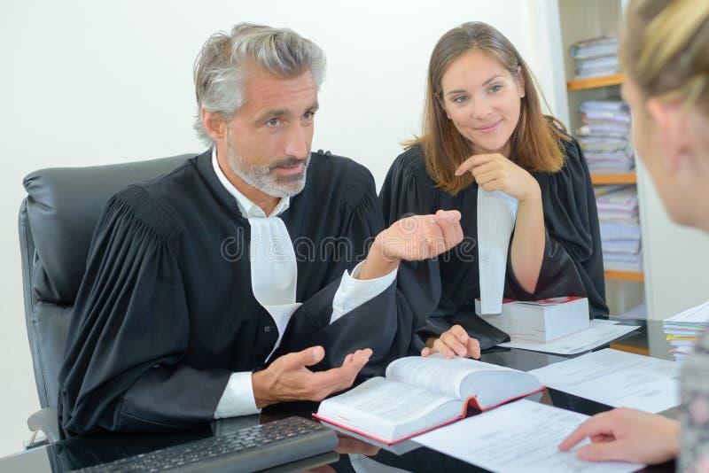 Erfolgreicher Rechtsanwalt, der der Frau Beratung gibt stockbild
