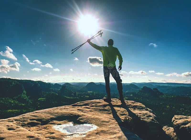 Erfolgreicher Wanderermann auf Spitze Ein Wanderer des jungen Mannes stockbild