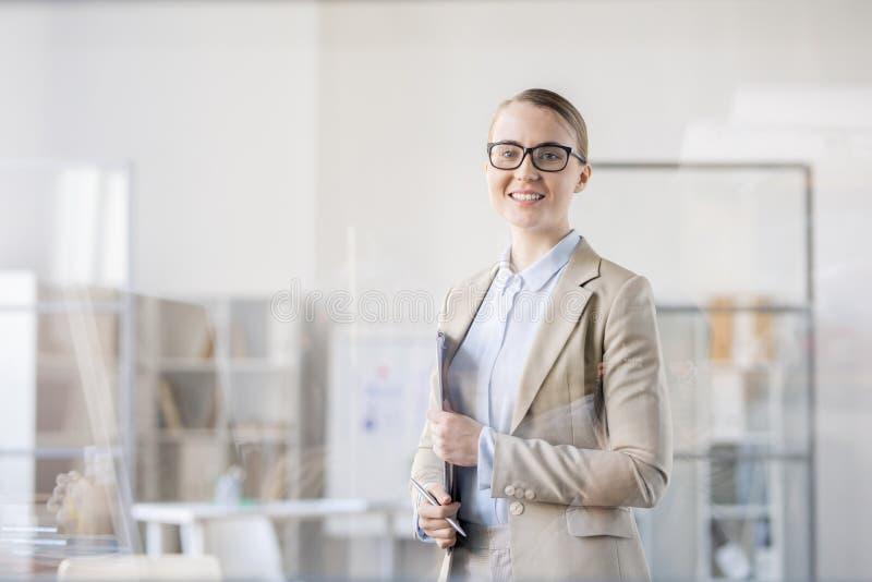 Erfolgreicher Wirtschaftsanalytiker mit Klemmbrett lizenzfreies stockfoto
