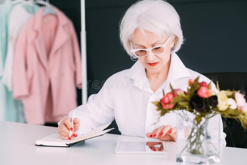Erfolgreiches älteres Frauenmode-Boutiquengeschäft stockbilder