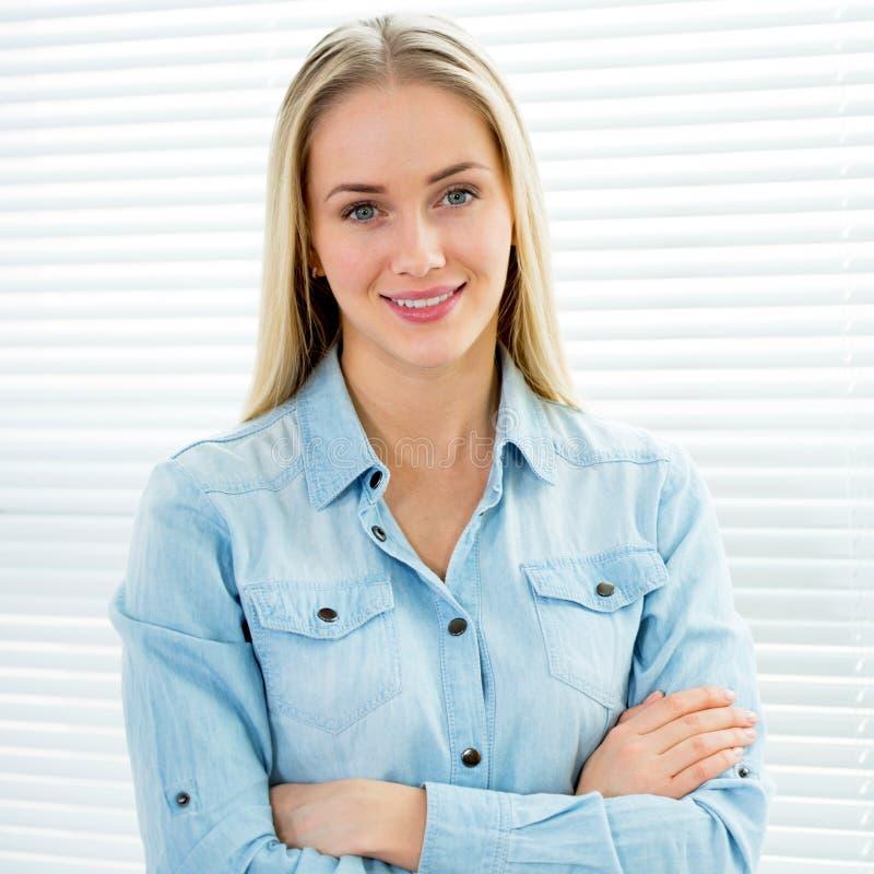 Erfolgreiches Geschäftsfrauportrait lizenzfreies stockbild