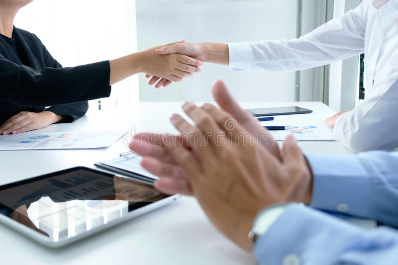 Erfolgreiches Geschäftsteam, das nach gutem Abkommen klatscht lizenzfreie stockfotografie