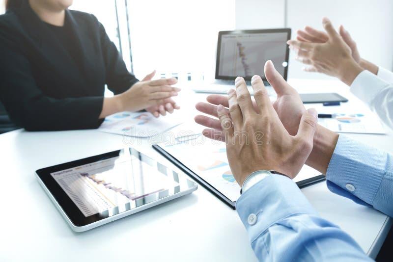 Erfolgreiches Geschäftsteam, das nach gutem Abkommen klatscht stockbild