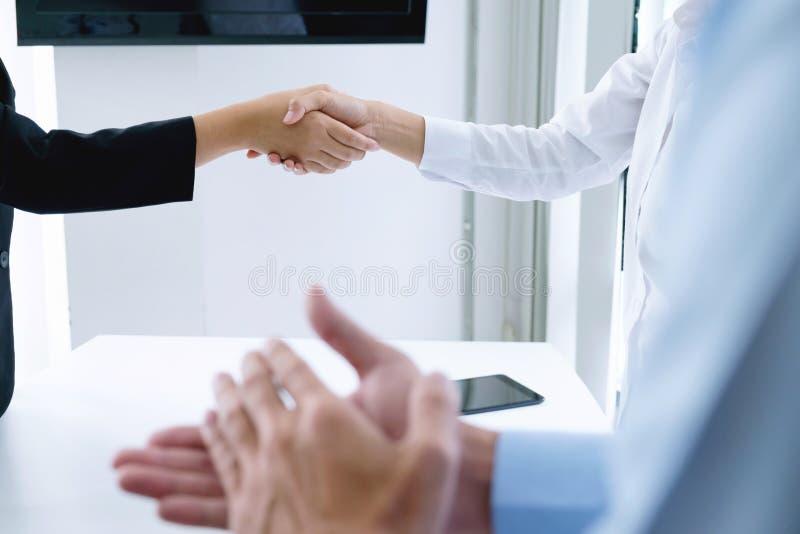Erfolgreiches Geschäftsteam, das nach gutem Abkommen klatscht lizenzfreies stockfoto