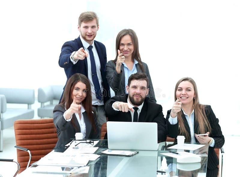 Erfolgreiches Geschäftsteam mit den Händen vorwärts zeigend stockbild