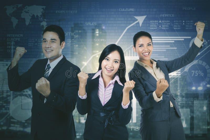 Erfolgreiches Geschäftsteam mit Wachstumsfinanzdiagramm lizenzfreie stockfotos
