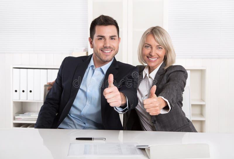 Erfolgreiches Geschäftsteam oder glückliche Geschäftsleute, die recomme machen stockfotos