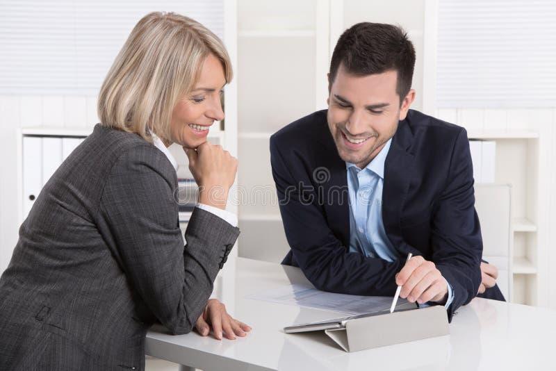 Erfolgreiches Geschäftsteam oder Kostüm und Kunde in einer Sitzung lizenzfreie stockbilder