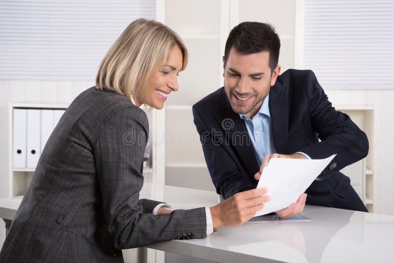 Erfolgreiches Geschäftsteam oder Kostüm und Kunde in einer Sitzung stockbild