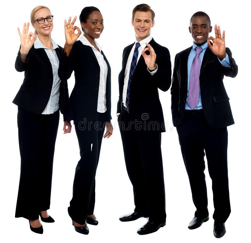 Erfolgreiches Unternehmensteam, das okaysymbol zeigt lizenzfreie stockfotos