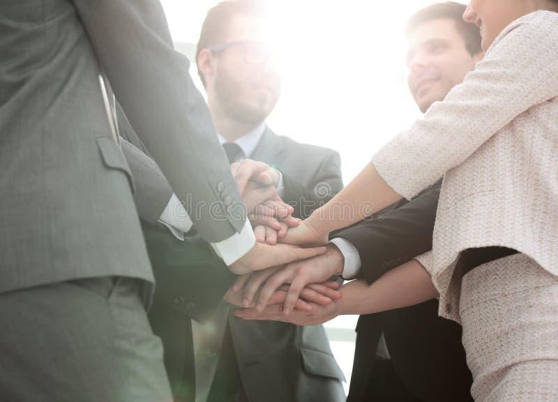 Erfolgskonzept: freundliches Geschäftsteam, das in einem Kreis steht und lizenzfreies stockbild