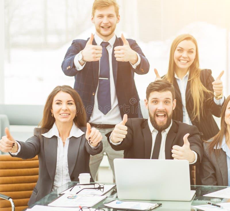 Erfolgskonzept im Geschäft - ein Berufsgeschäftsteam wird mit den Leistungen der gemeinsamen Arbeit erfreut lizenzfreie stockfotos