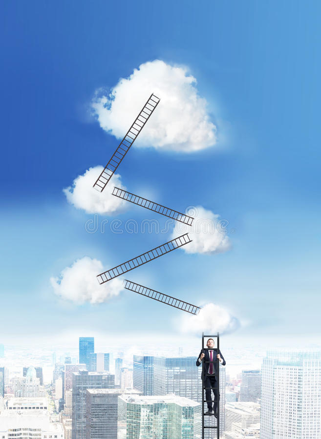 Erfolgskonzeptleitern zu den Wolken stockfotografie