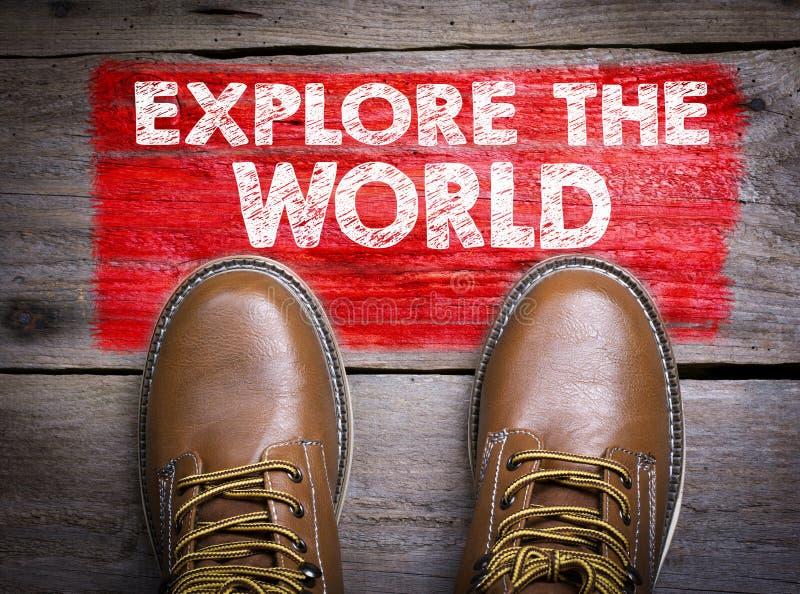 Erforschen Sie die Welt Draufsicht des Stiefels auf hölzernem Hintergrund stockbild