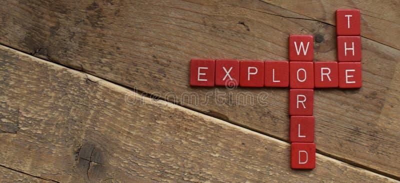 Erforschen Sie die Welt, gemacht mit Scrabblebuchstaben lizenzfreie stockbilder