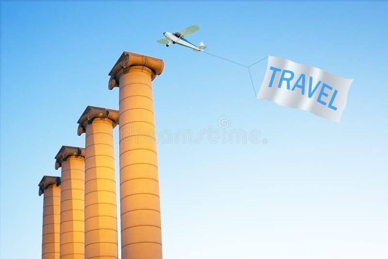 Erforschen Sie die Welt mit ber?hmten Architekturmarksteinen Flugzeug, das Fahne mit REISE zieht stockfotografie
