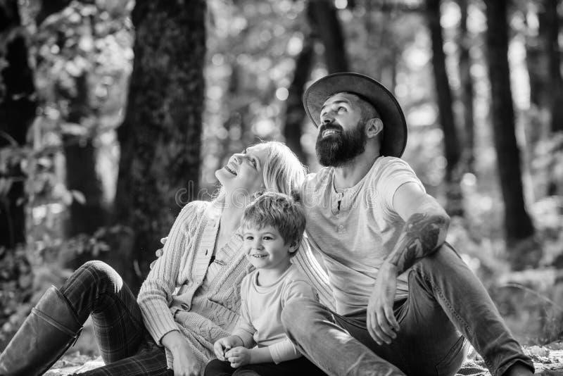 Erforschen Sie Natur zusammen Familientageskonzept Muttervati und entspannender Kinderjunge beim Wandern im Waldfamilienpicknick  lizenzfreie stockfotos