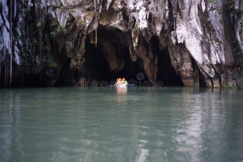 Erforschender Untertagefluß bei Puerto Princesa, Palawan, Philipp stockbild